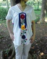 メキシコ刺繍・ヤララの花刺繍とタッセルのブラウス